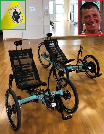 A gauche le tricycle acquis grâce au club. En médaillon, le fanion du RC Lyon Porte de l'Ain porté par le tricycle et Sylvie BOUCHARD