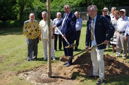 Bernard PERRUT, maire de Villefranche, Bernard PUISSANT, président du club, entourés des personnalités et membres du club